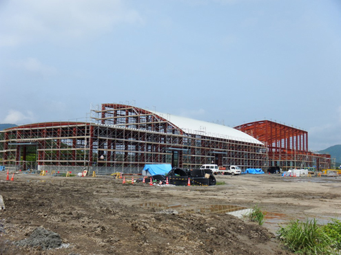 ペレット棟 2014/6/20 撮影 鉄骨建方完了し屋根も半分取り付け完了